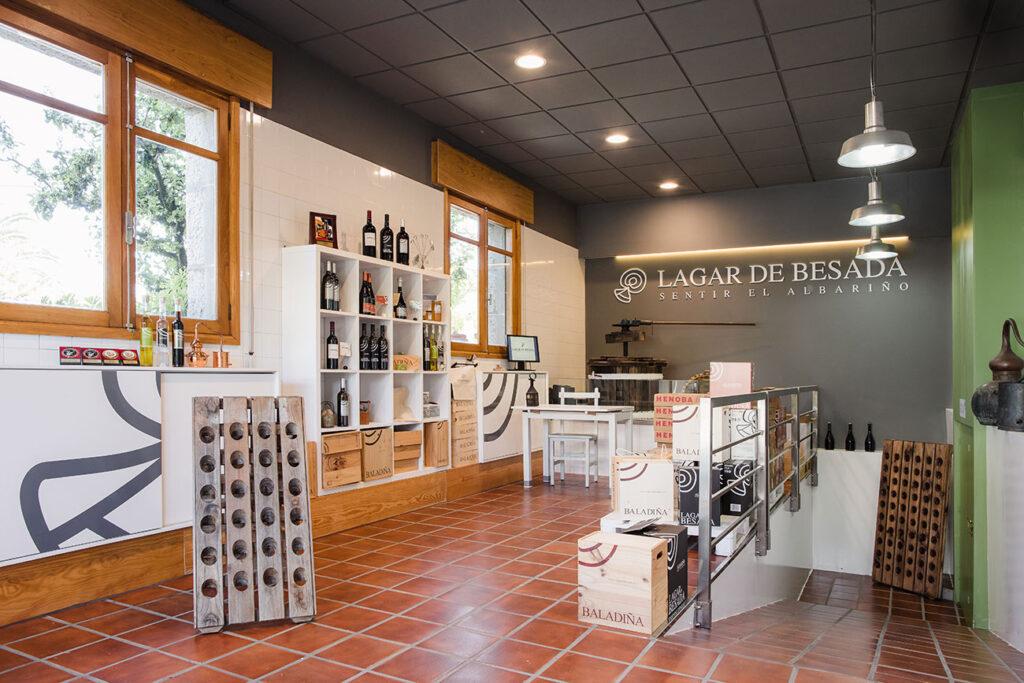 Interior tienda de vino blanco albariño Rias Baixas Lagar de Besada