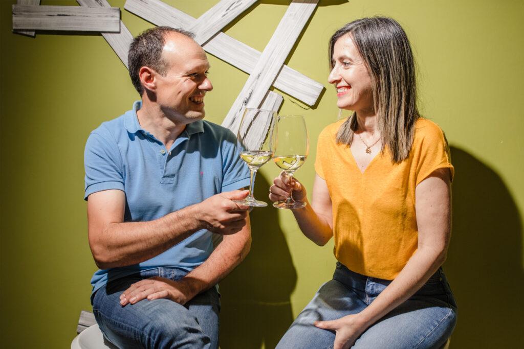 María y David brindando con sus vinos rias baixas