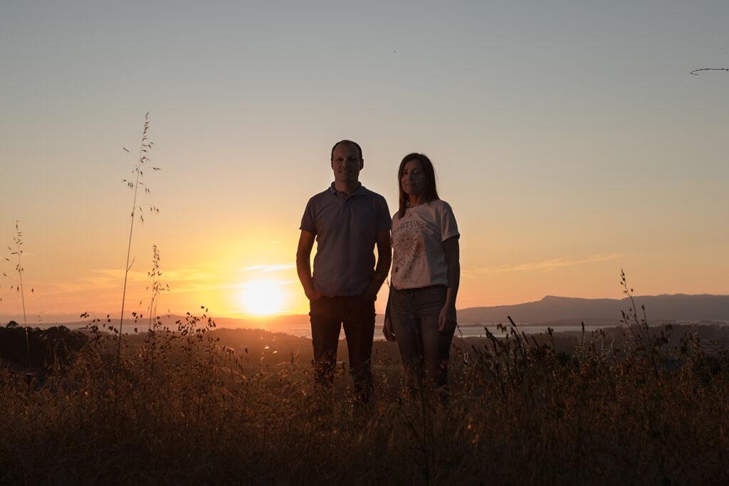 Maria Sineiro y David Ballesteros en una puesta de sol en el Salnés, zona de vinos Rias Baixas