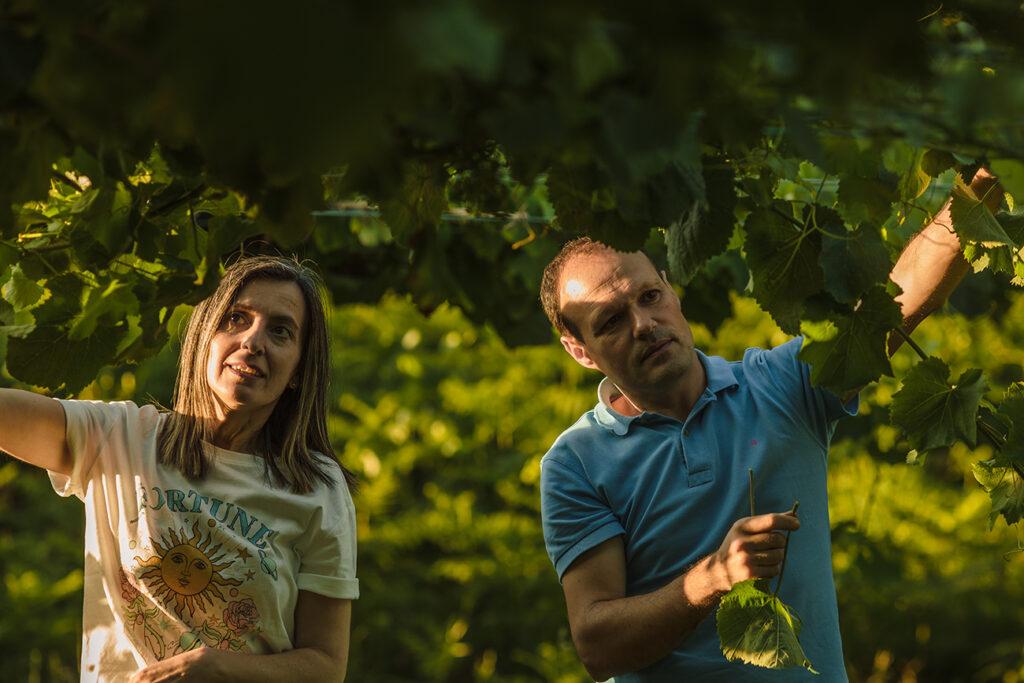 revisando brotes de vid: Maria Sineiro y David Ballesteros